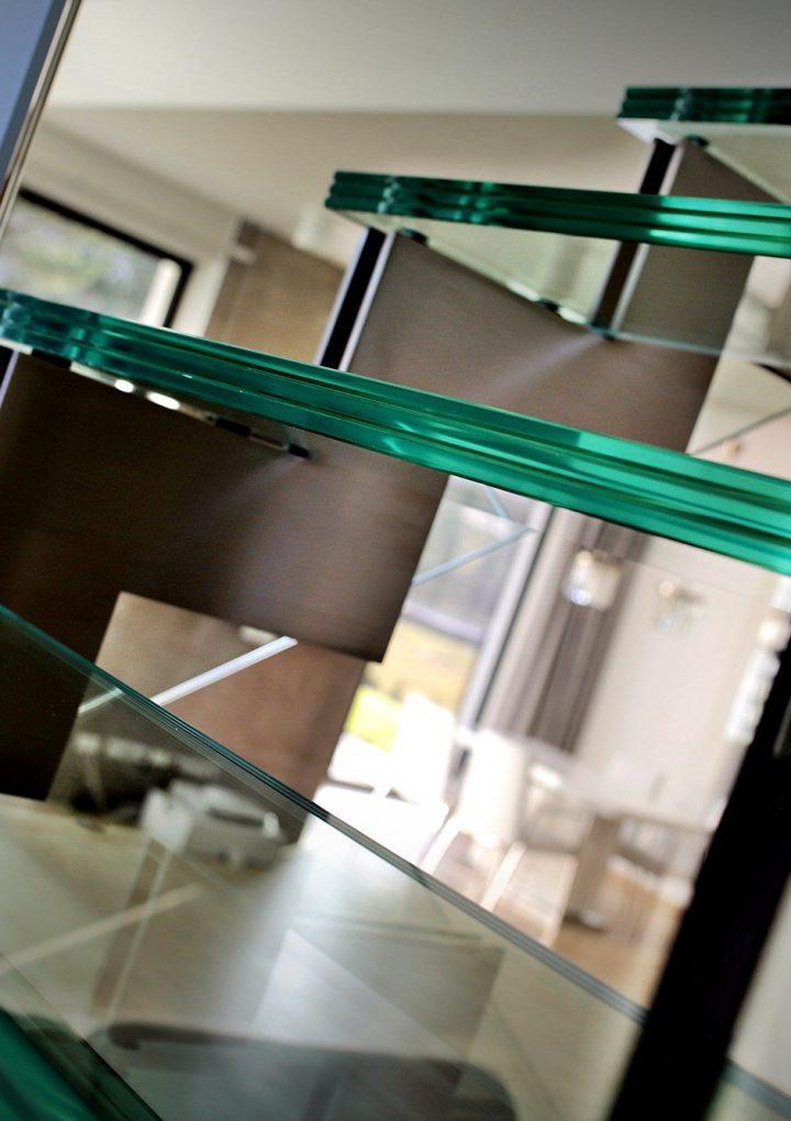 Czy warto zdecydować się na szklane balustrady